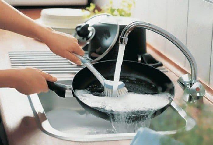 Чистим сковородку